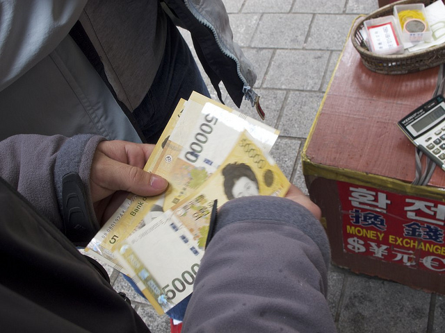 Exchanging currency while traveling